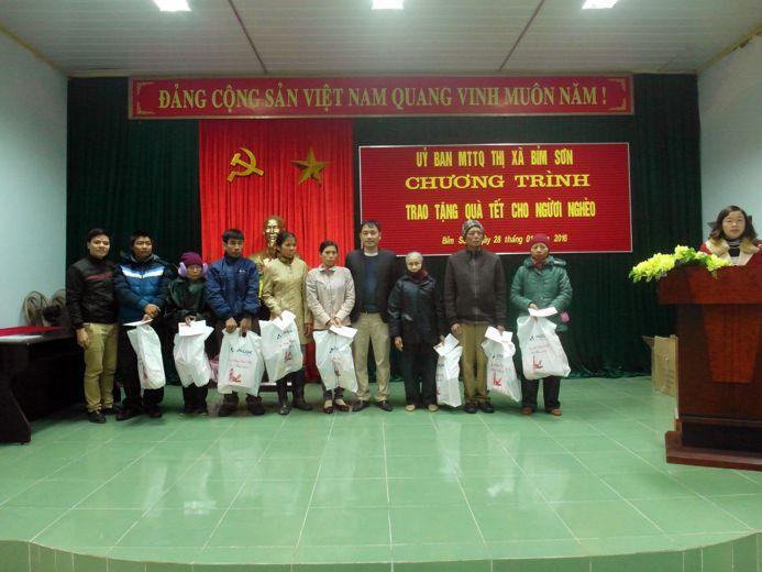 Tặng quà các hộ nghèo tại Phường Lam Sơn và Đông sơn